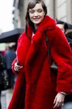 Manteau de fourrure rouge