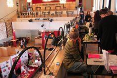 Besökare och utställare på läktaren tidigt under Kulturjobbsmässan.