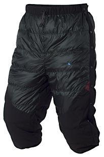 Hiedrun(ヘイドゥルン) - 冬登山の休憩時に利用する事を想定して作られた6分丈ダウンショーツ。オーバーパンツとして使用できる様、サイドにスナップボタンを搭載。フルオープン出来るので、ズボンを脱がずに着脱可能。  重量:250g  95%ホワイトグースダウン(800フィルパワー)