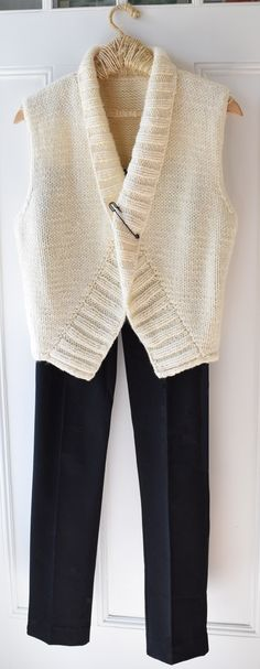 One of the best things about this vest is that the yarn is chunky and the style is simple which results in a quick knitting pattern. Knit Vest Pattern, Sweater Knitting Patterns, Knit Patterns, Free Knitting Patterns For Women, Knitting Ideas, Free Pattern, Knit Crochet, Sweaters For Women, Metric Measurements