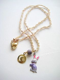 うさぎのヴィンテージチャームを使ったネックレスです。明るい色の服とよく合うと思います。うさぎの横で揺れる月と星のチャームがポイント♪ビーズコード長さ45cm|ハンドメイド、手作り、手仕事品の通販・販売・購入ならCreema。