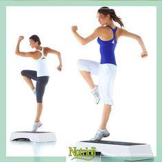 Si tienes un ratito libre, haz unos fáciles ejercicios para trabajar tus glúteos y piernas.   Ponte delante de un banco o escalón, súbete con una pierna manteniendo tu peso con ella, después baja con la misma pierna, repite este movimiento alternándolas.  Comienza por hacer 2 series de 15 repeticiones.   ¡Actívate! :)