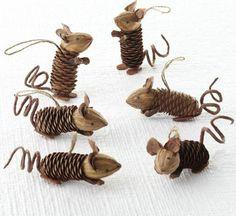 süße kleine dekorative Mäuser mit Zapfen Körper