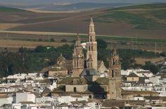 Écija es un municipio español perteneciente a la provincia de Sevilla, en la Comunidad Autónoma de Andalucía (España) y ubicado en la comarca del mismo nombre. Andalusia, San Francisco Ferry, Paris Skyline, Places To Go, Solis, City, Building, Travel, Granada