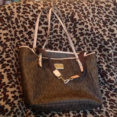 Michael Kors Jet Set Diaper Bag MK diaper bag. I used as a tote bag. Included the changing pad that came with it. Handles show wear, but otherwise in great condition. Michael Kors Bags Totes