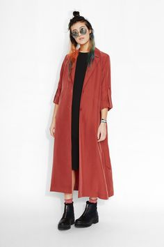 Streamline into this long line coat and sail away into supreme style. You'll want to gobble up this carefree silhouette that buttons and ties at the waist, has prominent notch lapels, slant pockets, as well as adjustable length in the arms (plus it's vanilla milkshake smooth in a modal/poly mix).  colour: rusty apricot  In a size small the chest width is 103 cm and the length is 125,5 cm. The model is 170 cm and is wearing a size small.