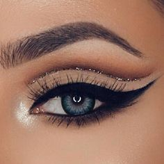 Eye makeup is able to improve your beauty and also help to make you look magnificent. Learn the way in which to begin using make-up so that you can show off your eyes and impress. Discover the very best tips for applying make-up to your eyes. Eye Makeup Glitter, Blue Eye Makeup, Eye Makeup Tips, Smokey Eye Makeup, Makeup Ideas, Daily Makeup, Makeup Products, Makeup Light, Heavy Makeup