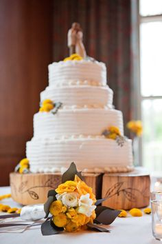 We love the decorative block of wood that the cake sits on! Chapelinthepines.com