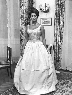 Sophia Loren at Golden Sum Royal Palace Ball, Naples, Italy, 1961 Sophia Loren Style, Loren Sofia, Sophia Loren Images, Hollywood Fashion, Hollywood Glamour, Old Hollywood, Romy Schneider, Most Beautiful Women, Beautiful People