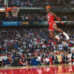 The 1988 NBA Slam Dunk Contest final between Michael Jordan and Dominique Wilkins Arte Michael Jordan, Michael Jordan Slam Dunk, Michael Jordan Poster, Michael Jordan Quotes, Michael Jordan Pictures, Michael Jordan Chicago Bulls, Michael Jordan Basketball, Nba Slam Dunk Contest, Foto Sport