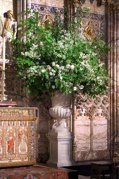 Church Wedding Flowers, Vintage Wedding Flowers, Floral Wedding, Wedding Ceremony, Vases, Fresh Rose Petals, Large Flower Arrangements, Flower Installation, Special Flowers