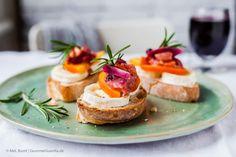 Crostini with goat cheese and persimmon cranberry chutney  GourmetGuerilla.de