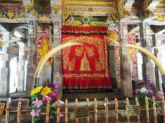 """Drummer's Courtyard o Hewisi Mandapaya en el Templo del Diente, #Kandy #SriLanka. En nuestro #Articulo """"Kandy y el diente en el templo"""" relatamos nuestra visita a un sagrado #templo #budista donde guardan una gran #reliquia del #Budismo. #Religión #SriLanka #Asia #Buddhism #SudesteAsiático"""