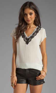 Comprar Beyond Vintage Silk Lace Trim V Neck T-Shirt em Marfim at REVOLVE. Devolução e envio de 2 a 3 dias grátis, correspondência de preço de 30 dias garantida