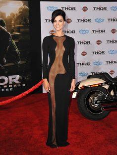 La actriz apareció en la presentación de la película con un atrevido vestido con transparencias que dejaba ver parte de su cuerpo