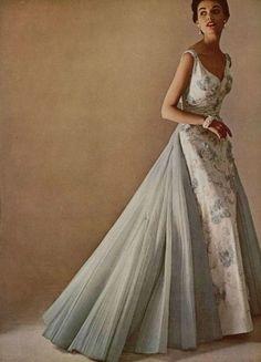 Triomphe du tulle L'Officiel #369, 1952 Photographer: Philippe Pottier Evening dress by Jeanne Lanvin (Castillo)