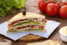 """Il ClubHouse Sandwich è un tramezzino """"doppio"""": tre fette di pane tostato ripiene di bacon e petto di tacchino, pomodoro, insalata e maionese."""