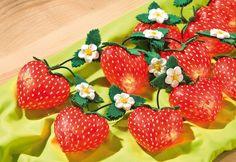Lichterkette mit Erdbeeren aus Acryl-Herzen | VBS Hobby Bastelshop