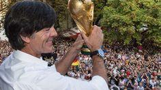 Frankfurt/Main - Joachim Löw hat seinen Vertrag vorzeitig um zwei Jahre verlängert. Der Bundestrainer strebt mit der Nationalmannschaft die Titelverteidigung bei der WM 2018 an.
