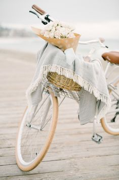 'Bachelor' Contestant Shares Dating Advice For All Single Ladies! Old Fashioned Bicycle, Cape Cod Cottage, Enola Holmes, Single Women, Single Ladies, Am Meer, Fall Family, Vintage Bicycles, Beach Cottages