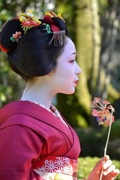 Maiko Mamefuji, 2014. Tsunagi-dango: The kanzashi worn by junior maiko in Gion Kobu prior to their 18th birthday. It is a small circle made of green beads.