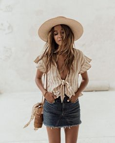 We love a cute denim skirt, and this boho style is one of our favorite denim skirt outfits! Denim Skirt Outfits, Casual Outfits, Cute Outfits, Outfits With Jean Skirt, Casual Summer Clothes, Casual Summer Outfits Women, Europe Outfits Summer, Boho Chic Outfits Summer, Hawaii Outfits