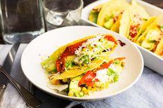 Recept voor taco's voor 4 personen. Met zout, olijfolie, peper, taco, kaas, slamelange, maïskorrels, paprika, avocado, zure room, rode peper, koriander en limoen