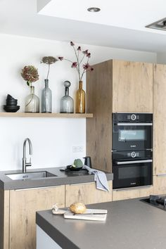 A look inside a light family house in Castricum - Modern Kitchen Rules, Kitchen Tops, Kitchen On A Budget, Home Decor Kitchen, Kitchen Interior, New Kitchen, Kitchen Design, Kitchen Ideas, Kitchen Cabinets And Countertops