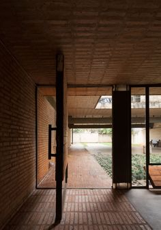 Image 11 of 25 from gallery of Fanego House / Sergio Fanego + Gabinete de Arquitectura. Photograph by Federico Cairoli Brick Architecture, Contemporary Architecture, Architecture Details, Interior Architecture, Arch Interior, Interior And Exterior, Casa Patio, Tadelakt, Brick And Stone