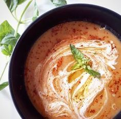 Soupe de poivrons rouges et chou-fleur rôtis 4 poivrons rouges 1 tête de chou-fleur 1 litre de bouillon de légumes 1 oignon 3 gousses d'ail 1 cuillère à soupe de basilic 2 cuillères à soupe d'huile d'olive 1 cuillère à café de thym 1 cuillère à soupe de paprika doux Sel, Poivre du moulin En option pour le topping : 2 cuillères à soupe de crème de soja, 2 cuillères à soupe d'huile d'olive, 1 cuillères à café de piment d'Espelette
