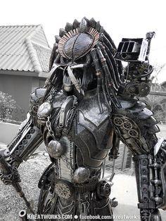 Esta estatua depredador Steampunk es algo asombrante para decorar tu jardín. Hecha de metales reciclados pesa más de media tonelada y mide 250 x 90 x 155 cm