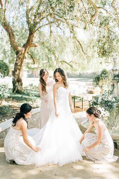 Al fresco vineyard wedding: http://www.stylemepretty.com/california-weddings/silverado/2016/05/10/whimsical-al-fresco-vineyard-wedding/ | Photography: Jenna Bechtholt -  http://jennabechtholtphotography.pixieset.com/