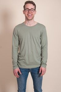 A comfortable, long sleeved T-shirt from Swedish brand A.O. Pretty long and relaxed fit. Made in a lightweight cotton fabric, in a soft green colour.