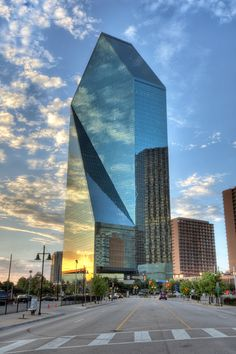 Fountain Place Tower (my fav building) Dallas, Texas New Architecture, Futuristic Architecture, Beautiful Architecture, Contemporary Architecture, Contemporary Design, Unique Buildings, Amazing Buildings, Famous Buildings, Ville New York