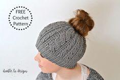 Free Crochet Pattern - Crochet Cabled Messy Bun Hat (Adult Sizes) (video tutorial included) Crochet Beanie Pattern, Crochet Flower Patterns, Crochet Flowers, Crochet Hats, Hat Patterns, Crochet Designs, Knitted Hat, Crochet Scarves, Crochet Ideas