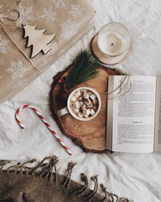 winter hot chocolate books atmosphere presents christmas Christmas Feeling, Cozy Christmas, Christmas Photos, Christmas 2019, Christmas And New Year, Beautiful Christmas, All Things Christmas, Christmas Themes, Christmas Lights