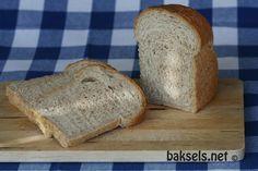 Al sinds begin 2009 bak ik al mijn brood zelf. Inmiddels kan ik me niet meer voorstellen dat ik het bij de bakker of de supermarkt zou moeten kopen. Zelf gebakken brood smaakt zoveel lekkerder dan wanneer je het uit de winkel haalt! Neem daarbij dat je zelf kunt kiezen wat je aan je brood …