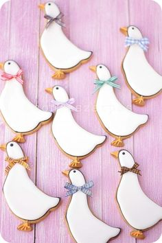 white geese or tall ducks with ribbons around their necks, very cute Duck Cookies, Farm Cookies, Spice Cookies, Easter Cookies, Galletas Decoradas Royal Icing, Galletas Cookies, Cupcake Cookies, Sugar Cookies, Animal Cookie Cutters