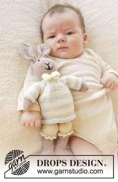 """Coniglietto DROPS ai ferri, con pantaloncini, maglione e fiocco in """"Baby Merino"""". ~ DROPS Design"""