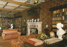 Oxburgh Hall in Norfolk. De bibliotheek. Het huis is oorspronkelijk in 1482 gebouwd en verscheide kamers bevatten Victoriaanse decoraties (National Trust)