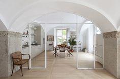 La ristrutturazione di una casa storica in un luminoso appartamento contemporaneo con arredo moderno, vintage e d'epoca in un mix perfetto di stili.