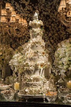 Bolo de noiva do casamento da Lalá Noleto. Rodas em tons brancos