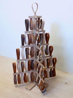 Ce qui différencie un sapin de Noël d'un sapin tout court, c'est indubitablement les décorations plus ou moins poussées dont bénéficie le premier. C'est d'après ce constat que Lara à voulu pousser l'ornement à son paroxysme en recouvrant la structure de ce sapin d'une nuée de boucles en bois. Les teintes alternées de noyer, de boulot, de chêne ou encore de châtaigner qu'offrent les bandes de placage apportent ces notes de chaleur et d'opulence qui vont si bien aux fêtes de fin d'année.