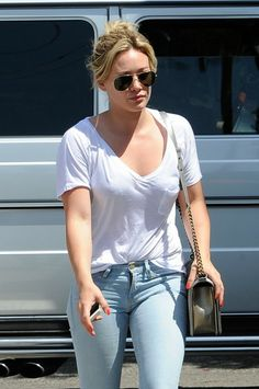 Hilary Duff Reveals She's Recording a Song with Ed Sheeran!: Photo Hilary Duff keeps cool in her shades as she goes out to lunch after shopping on Saturday (May in West Hollywood, Calif. Hilary Duff Baby, Hilary Duff Style, Amanda Seyfried, Hot Outfits, Spring Outfits, Summer Outfit, Sporty Chic, Casual Chic, Female Stars
