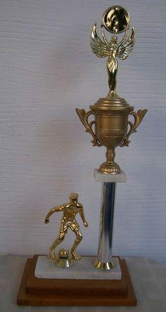 Trofeo para fútbol (u otro deporte, cambiando la alegoría) base combinada madera-mármol