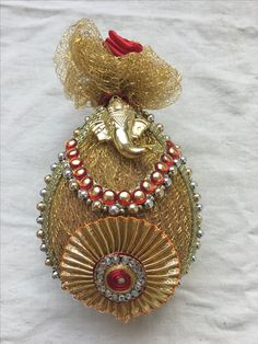 Coconut decoration Indian Wedding Gifts, Desi Wedding Decor, Wedding Mandap, Indian Wedding Decorations, Wedding Crafts, Kalash Decoration, Thali Decoration Ideas, Wedding Gift Baskets, Wedding Gift Wrapping
