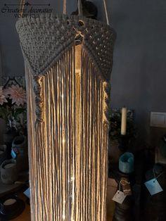 Wil je lekker zelf aan de slag om een sfeervolle Macramé lantaarn te maken? Met deze werkbeschrijving knoop je stap voor stap je eigen Macramé lantaarn. Je kunt de beschrijving gratis bestellen en ontvangt hem via de mail. Het DIY pakket en het Bobbiny macramé katoen is ook via de webwinkel te bestellen. Zo heb je in één keer alles in huis om zelf een schitterende decoratie te gaan maken!
