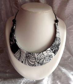 collier plastron en pâte polymère noir et blanc : Collier par lyd-imagine