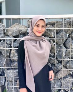 Pin Image by Manis Solehah Hijab Style Dress, Casual Hijab Outfit, Hijab Chic, Ootd Hijab, Beautiful Muslim Women, Beautiful Hijab, Hijabi Girl, Girl Hijab, Street Hijab Fashion