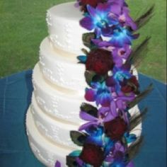 peacock cake - blue and purple orchids with dark red roses (?) But with white roses instead of red Henna Wedding Cake, Peacock Wedding Cake, Wedding Cake Roses, Floral Wedding Cakes, Wedding Cake Designs, Wedding Ideas, Wedding Fun, Wedding Decor, Rustic Wedding